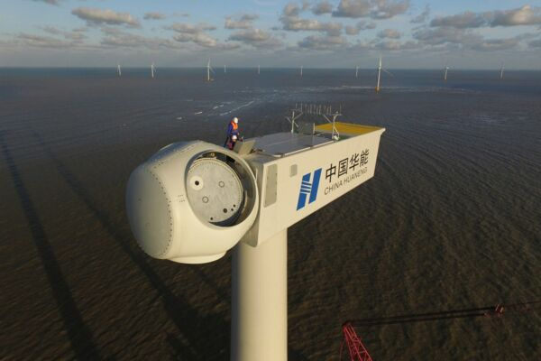 Offshore-Wind in China: Installation einer Windkraftanlage vor der Küste der Provinz Jiangsu.
